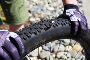 Как заклеить бескамерное колесо велосипеда?